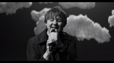 Lewis Capaldi dévoile le clip de la chanson « Hold Me While You Wait »