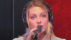 Janie interprète «Petite Blonde» et «Discothèque» dans les studios RFM !